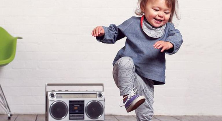 bebé-bailando-canciones-infantiles-palaciodeljuguete